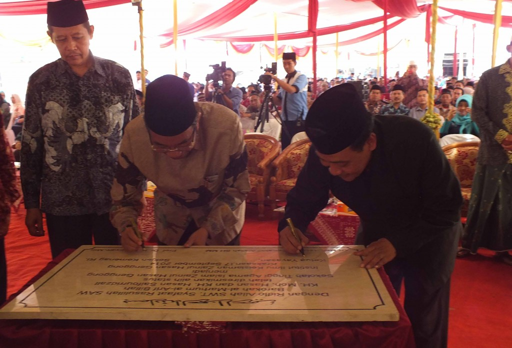 Tandatangan Peresmian INZAH Oleh Prof. Dr. H. Nur Syam M. Si. dan KH. Moh Hasan Mutawakil Alallah SH.MM.