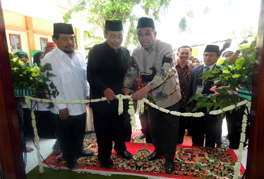 Pemotongan Pita Peresmian Gedung rektorat Yang  Suadah Selesai