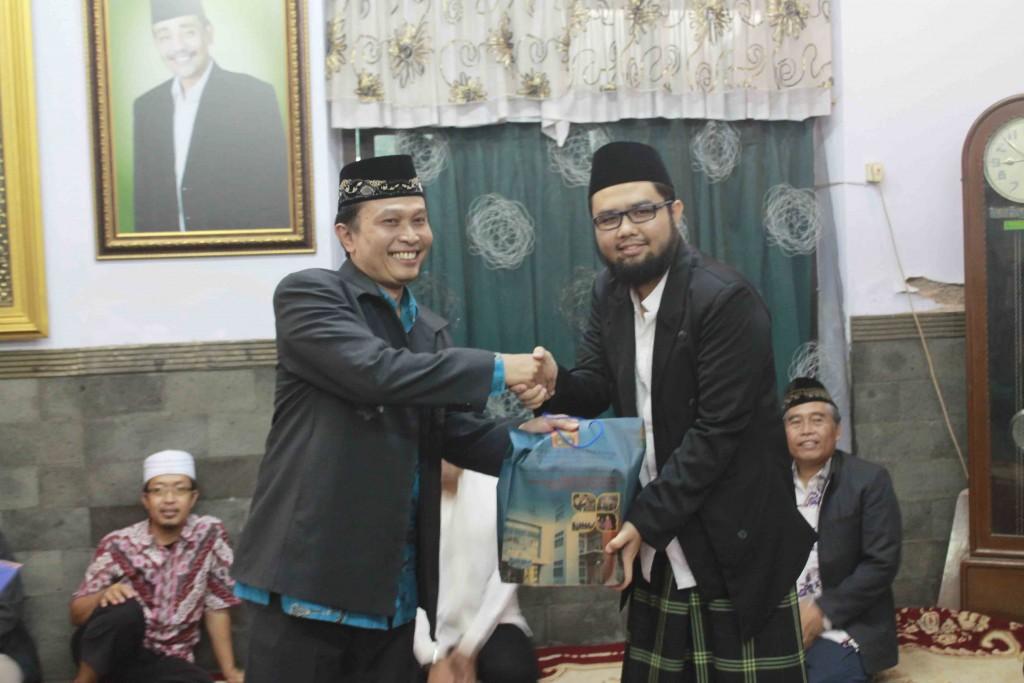Dr. Phil Sahiron memberikan kenang-kenangan kepada Pesantrn Zainul Hasan Genggong
