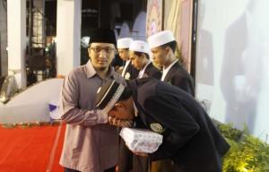 KH. Yusuf Mansur memberikan hadiah kepada santri penghafal Al-Qur'an pada acara Haflatul Imtihan ke-83