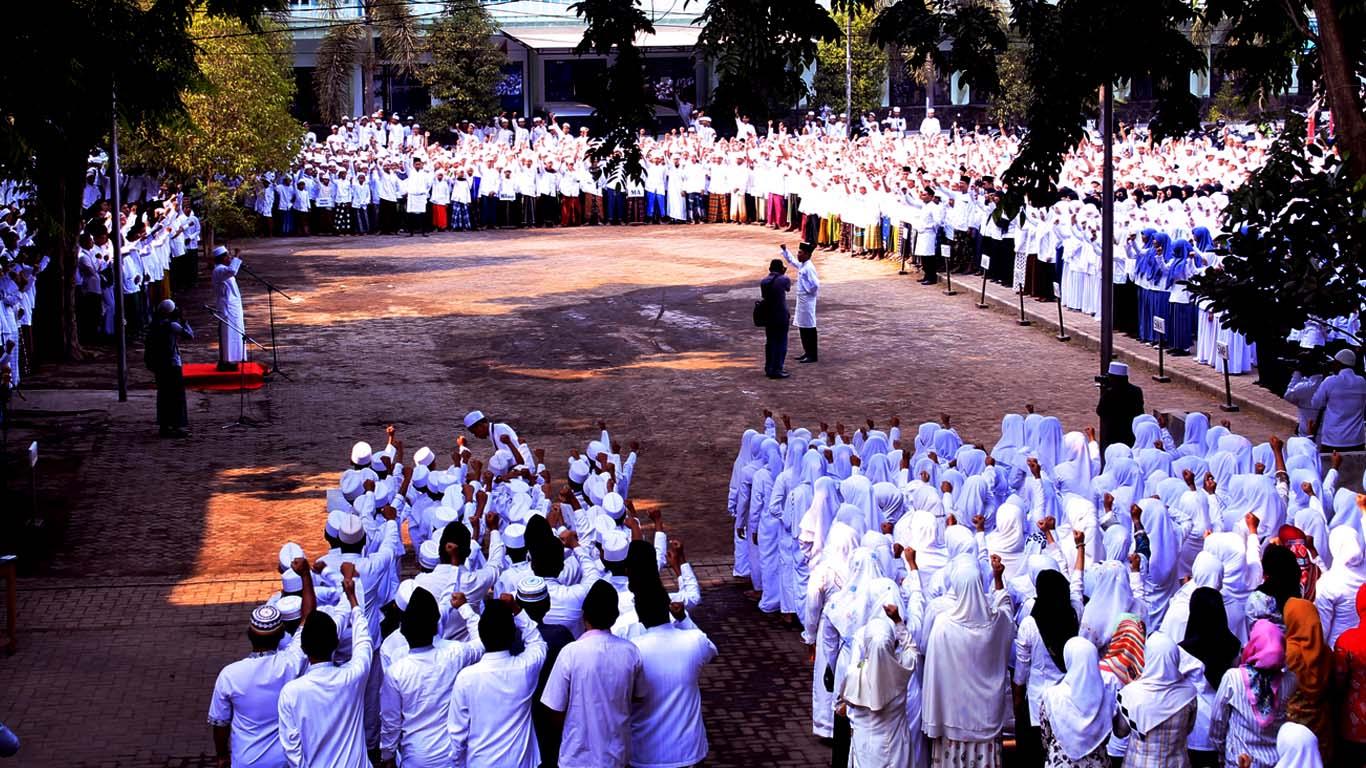 KH. Hasan Mutawakkil Alallah Memimpin Apel Hari Santri Nasional di P5 Pesantren Zainul Hasan Genggong