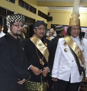 KH. Hasan Saiful Islam bersama raja dan sultan