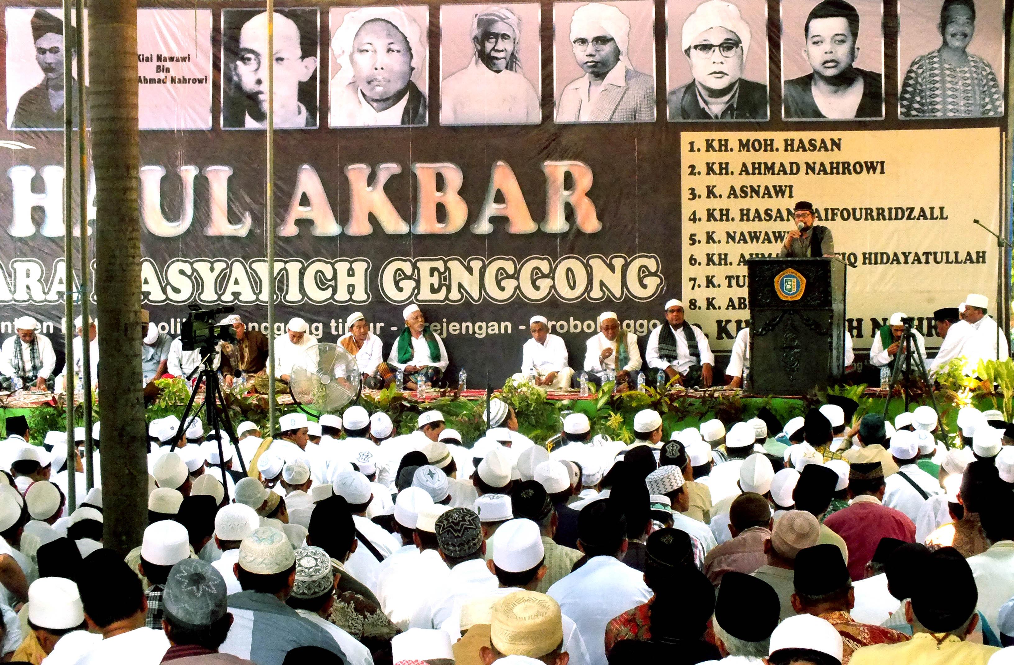 Pengasuh Pesantren Zainul Hasan Genggong K.H. Moh. Hasan Saiful Islam ketika membacakan manaqib Almarhum K.H. Sholeh Nahrowi, Kamis (7/10/2016)