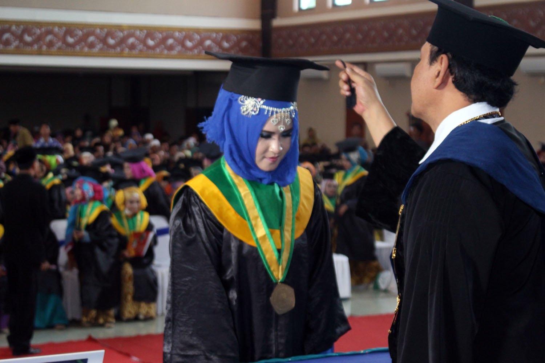 Peresmian Wisudawan-Wisudawati Inzah Stih dan Itech oleh Ketua Yayasan Pendidikan Pesantren Zainul Hasan Kh. Mutawakkil Alallah, SH., MM.,