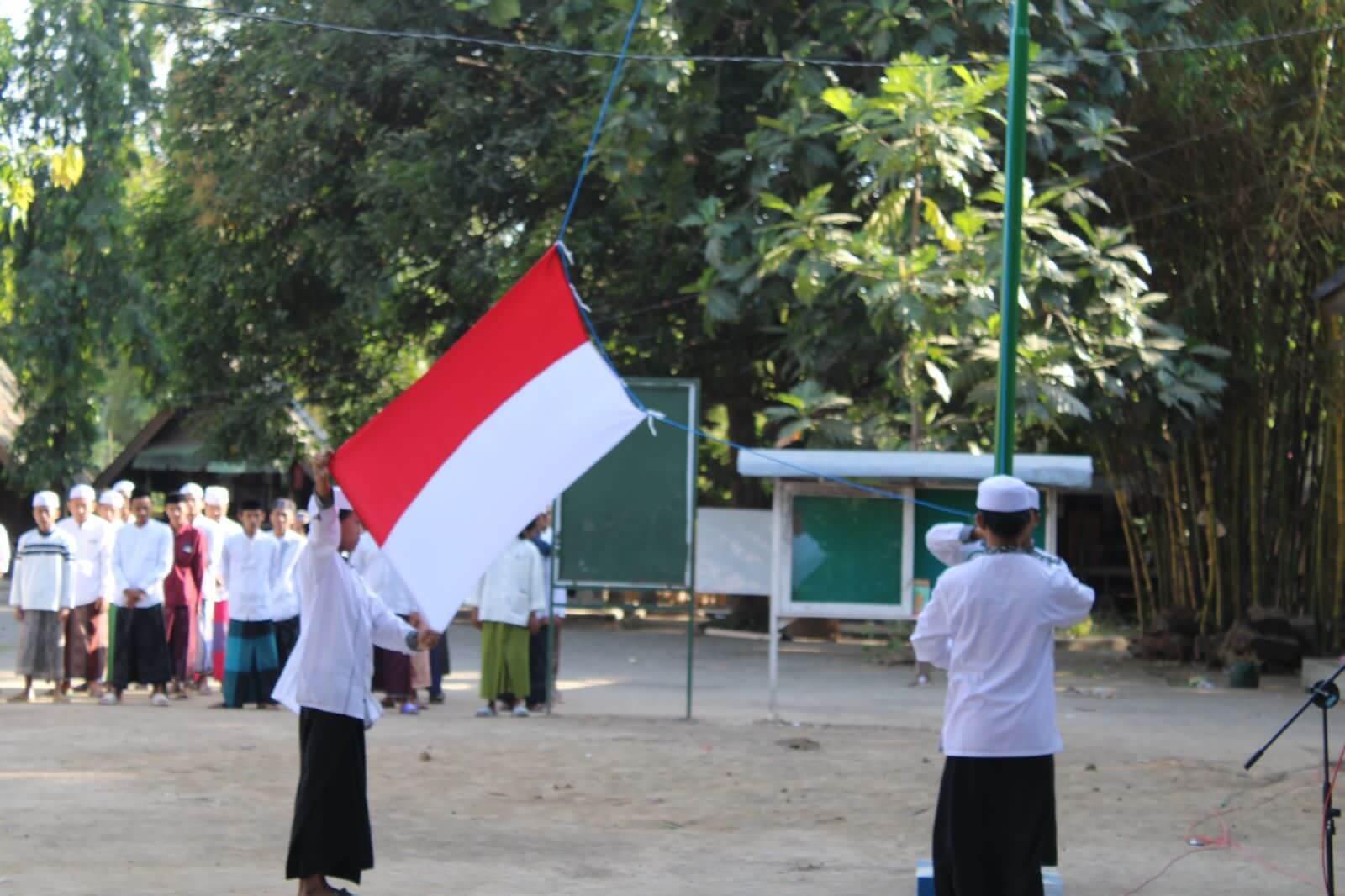Tingkatkan Nasionalisme, Santri Baitus Sholihin Genggong Istiqomah Gelar Upacara Bendera