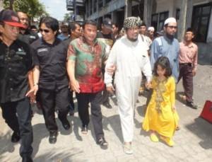 Rhoma Irama bersama oleh KH. Saiful Islam menuju dalem Ning Sus