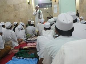 KH. Umar Hamdan sedang memberikan ceramah