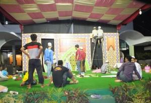 Panitian Imtihan sedang mempersiapkan dekorasi panggung