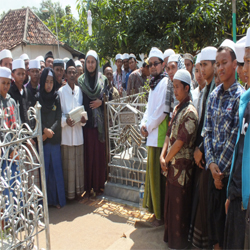 Para santri dan Ashabul biat sedang di gerbang Astah KH. Hasan Jazuli, Pamekasan